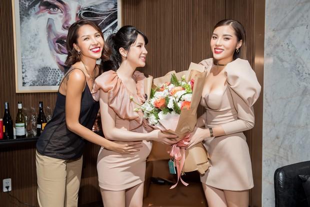 Diệp Lâm Anh khệ nệ bụng bầu ở tháng thứ 6 thai kỳ trong tiệc sinh nhật, Kỳ Duyên trễ nải cùng Minh Triệu đến chung vui - Ảnh 4.