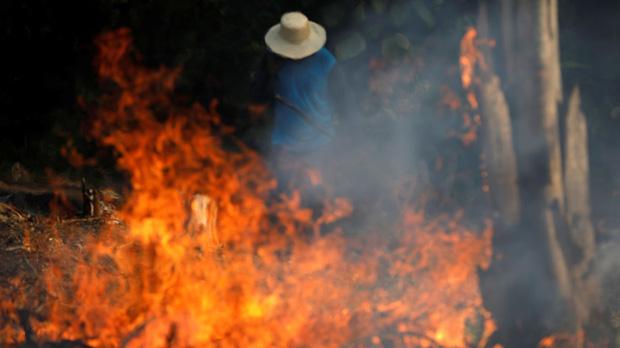 Bầu trời Sao Paulo đen kịt giữa ban ngày do khói cháy rừng Amazon - Ảnh 1.