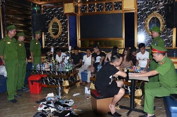 20 thanh niên Nghệ An chơi ma túy tập thể trong quán karaoke ở Hà Tĩnh - Ảnh 1.