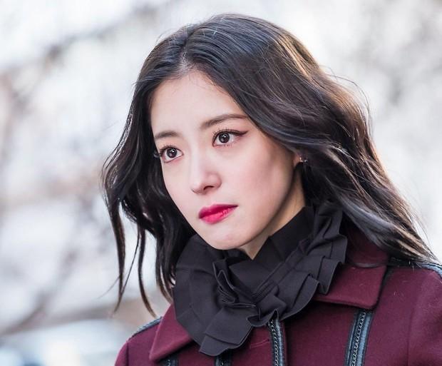5 yêu nữ thần thái đỉnh nhất phim Hàn: IU ở Hotel Del Luna có đọ nhan sắc thắng nữ thần thanh xuân Kim So Hyun? - Ảnh 5.