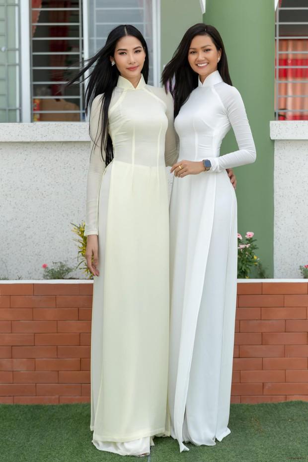Hoàng Thùy diện áo dài trắng ngà cạnh HHen Niê với áo dài trắng tinh: đi trao học bổng mà ngỡ đang quảng cáo bột giặt - Ảnh 3.