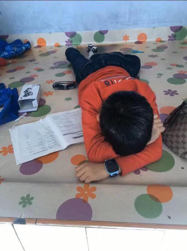 Cậu bé khóc lóc vì bài tập làm gần xong bỗng dưng mất hết chữ, dân mạng cười không nhặt được miệng khi biết lý do - Ảnh 3.