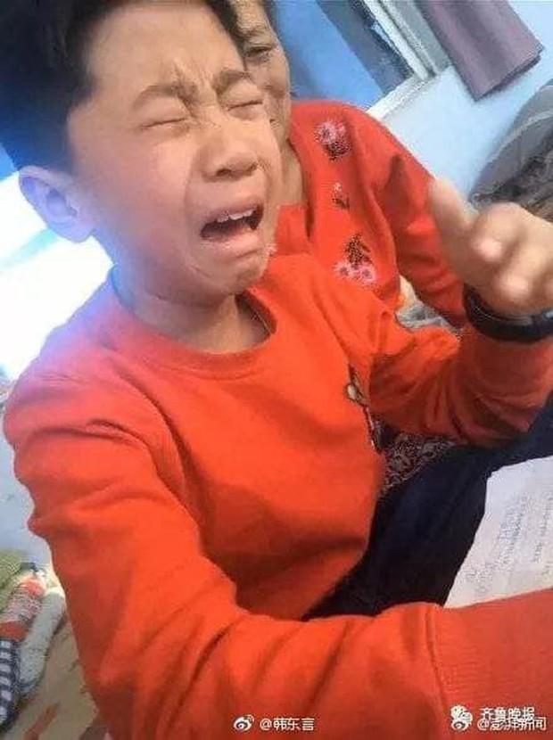 Cậu bé khóc lóc vì bài tập làm gần xong bỗng dưng mất hết chữ, dân mạng cười không nhặt được miệng khi biết lý do - Ảnh 4.