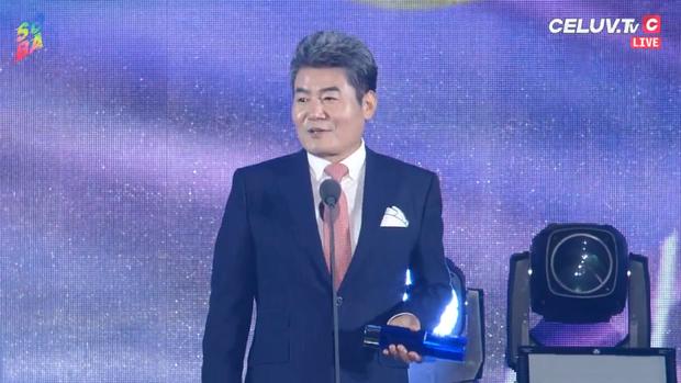 Soribada 2019 ngày 1: Tất cả nghệ sĩ YG và SM nhận giải tay trắng, TWICE ẵm Daesang và loạt giải thưởng trên trời dưới đất không hiểu đâu ra - Ảnh 4.