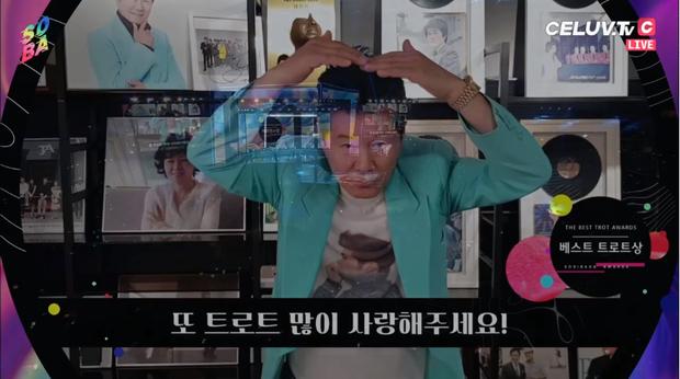 Soribada 2019 ngày 1: Tất cả nghệ sĩ YG và SM nhận giải tay trắng, TWICE ẵm Daesang và loạt giải thưởng trên trời dưới đất không hiểu đâu ra - Ảnh 2.