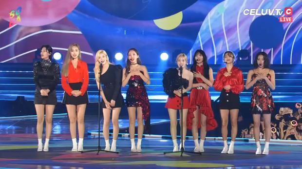 Soribada 2019 ngày 1: Tất cả nghệ sĩ YG và SM nhận giải tay trắng, TWICE ẵm Daesang và loạt giải thưởng trên trời dưới đất không hiểu đâu ra - Ảnh 1.