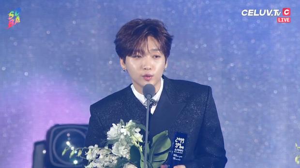 Soribada 2019 ngày 1: Tất cả nghệ sĩ YG và SM nhận giải tay trắng, TWICE ẵm Daesang và loạt giải thưởng trên trời dưới đất không hiểu đâu ra - Ảnh 9.