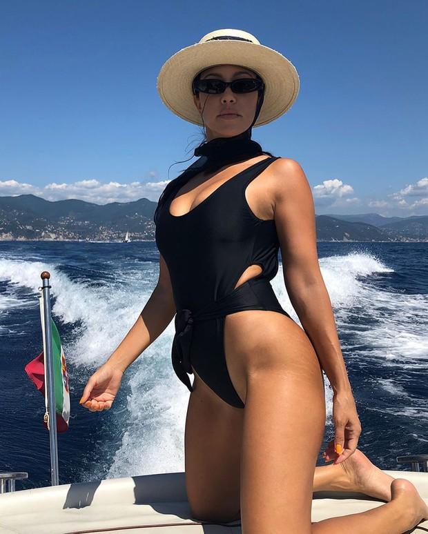 Tuổi tứ tuần vẫn chăm sống ảo Instagram, chị cả Kardashian để lộ một thứ khiến dân tình không tiếc lời khen ngợi - Ảnh 2.
