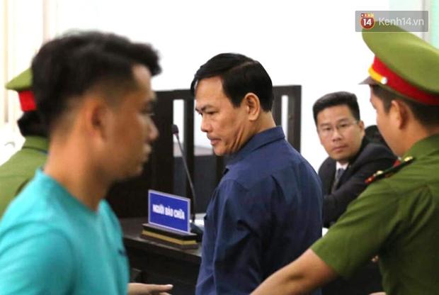 Ông Nguyễn Hữu Linh thất thần, ngồi sụp xuống ghế sau khi bị tuyên án 18 tháng tù - Ảnh 1.
