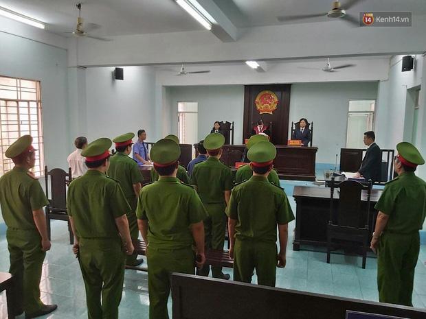 Ông Nguyễn Hữu Linh thất thần, ngồi sụp xuống ghế sau khi bị tuyên án 18 tháng tù - Ảnh 2.