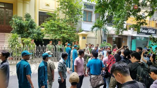 Ông Nguyễn Hữu Linh thất thần, ngồi sụp xuống ghế sau khi bị tuyên án 18 tháng tù - Ảnh 5.