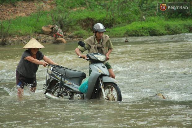 """Về vùng cao Bắc Giang nhìn người dân quanh năm vượt sông, lội suối để ra khỏi """"lũy tre làng"""" - Ảnh 14."""