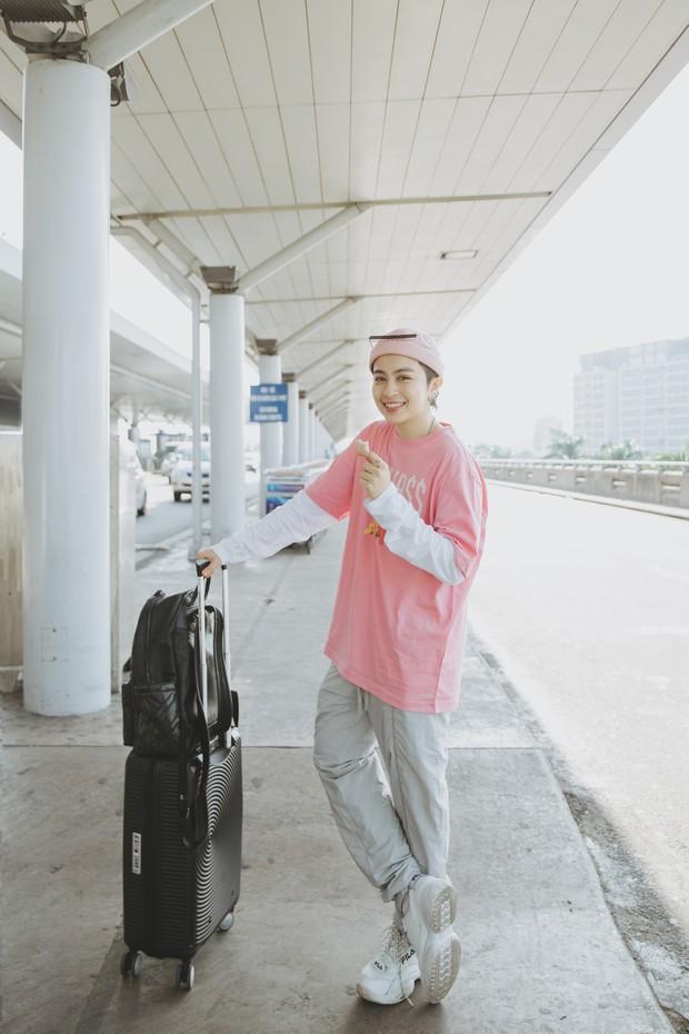 Gil Lê xuất hiện nổi bật, biểu cảm cực cool tại sân bay sang Indonesia làm Host Confetti Việt Nam - Ảnh 1.
