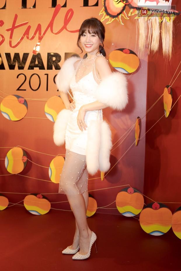 Cùng phá tan tành dress code của Elle Style Awards, nào ngờ Hari Won phải chào thua một cô nàng bốc lửa - Ảnh 1.