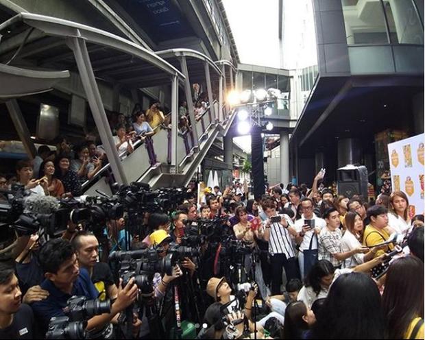Choáng khung cảnh mỹ nhân Chiếc lá bay dự sự kiện: Hàng chục máy quay đều tăm tắp, người dân vây kín ga BTS ở Thái - Ảnh 1.