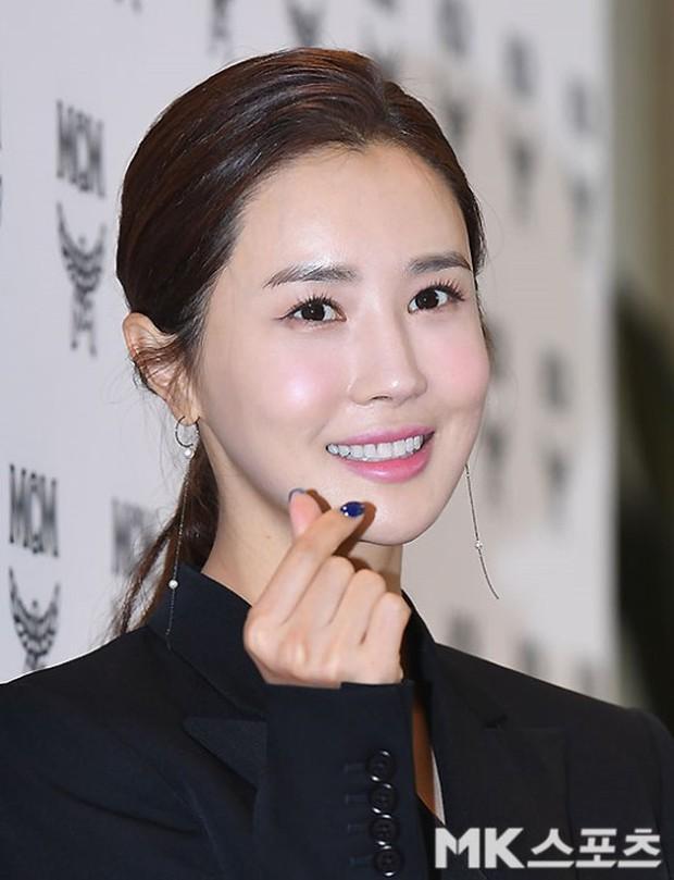 Nữ thần lai nhà YG đầy sang chảnh, Lee Da Hae mặt cứng đờ bên bạn gái Lee Kwang Soo và dàn sao xứ Hàn tại sự kiện - Ảnh 4.