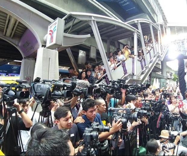 Choáng khung cảnh mỹ nhân Chiếc lá bay dự sự kiện: Hàng chục máy quay đều tăm tắp, người dân vây kín ga BTS ở Thái - Ảnh 2.