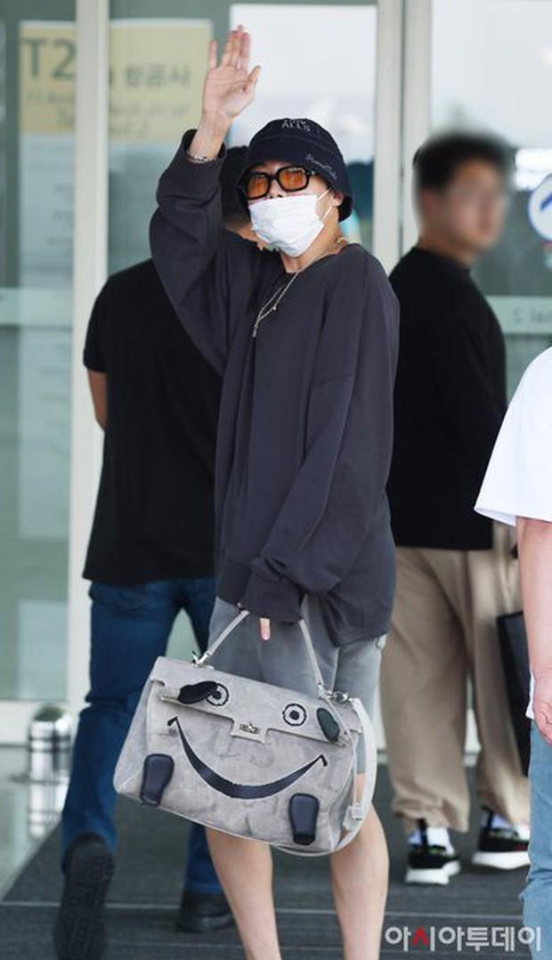 Thành viên giàu nhất BTS chưa bao giờ hở đến thế: Đốt mắt fan với chiếc áo cài cúc dở, lộ cả nội y tại sân bay - Ảnh 5.