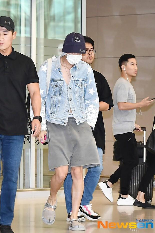 Thành viên giàu nhất BTS chưa bao giờ hở đến thế: Đốt mắt fan với chiếc áo cài cúc dở, lộ cả nội y tại sân bay - Ảnh 7.