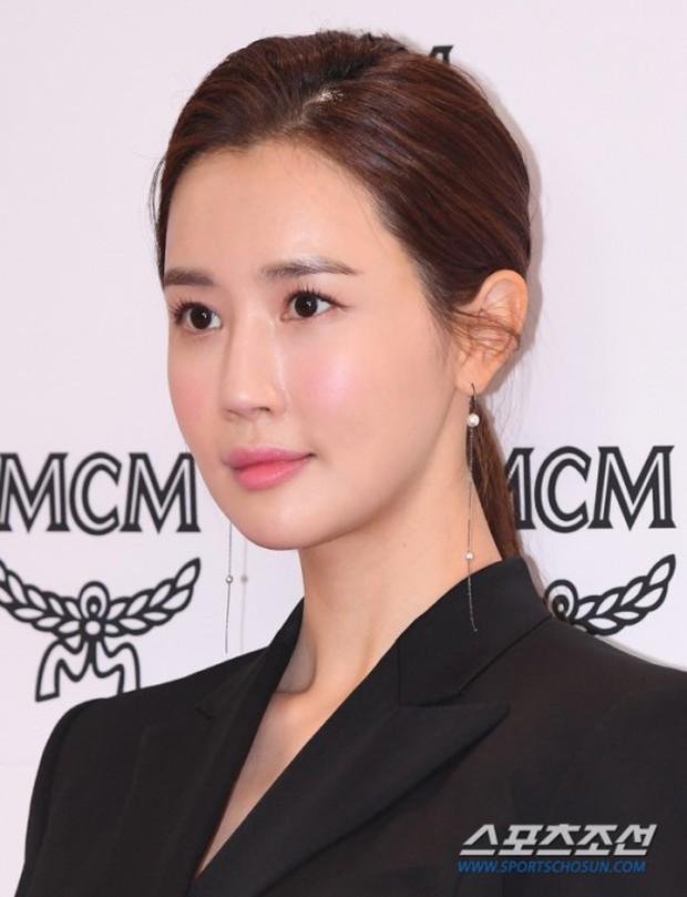 Nữ thần lai nhà YG đầy sang chảnh, Lee Da Hae mặt cứng đờ bên bạn gái Lee Kwang Soo và dàn sao xứ Hàn tại sự kiện - Ảnh 3.