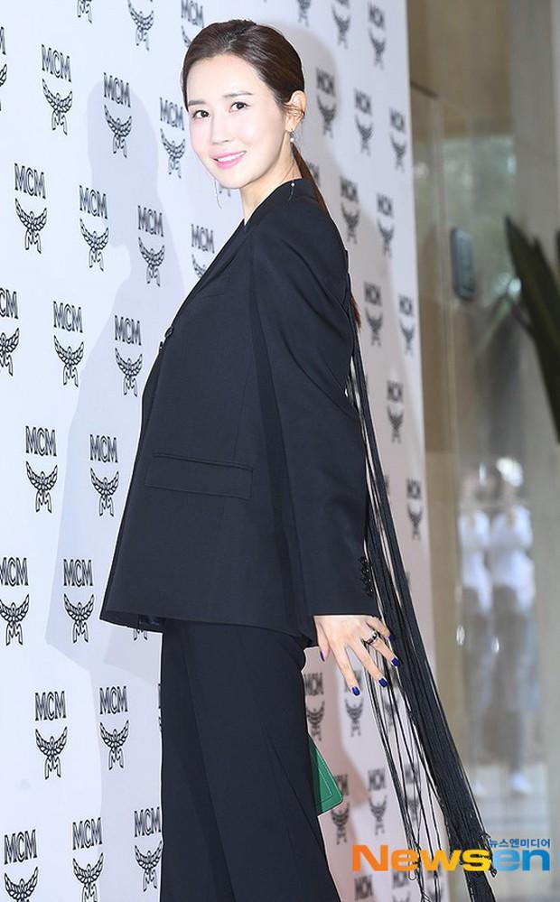 Nữ thần lai nhà YG đầy sang chảnh, Lee Da Hae mặt cứng đờ bên bạn gái Lee Kwang Soo và dàn sao xứ Hàn tại sự kiện - Ảnh 1.