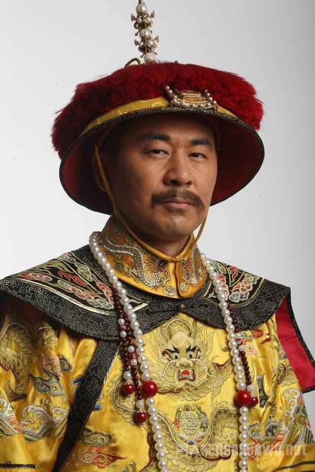 4 diễn viên Hoa Ngữ từng làm vua nhà Thanh: Trai trẻ Hoắc Kiến Hoa thua xa tình già của Tôn Lệ? - Ảnh 9.