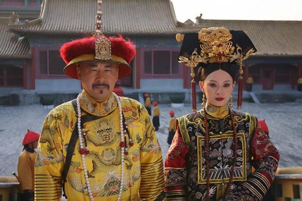 4 diễn viên Hoa Ngữ từng làm vua nhà Thanh: Trai trẻ Hoắc Kiến Hoa thua xa tình già của Tôn Lệ? - Ảnh 10.
