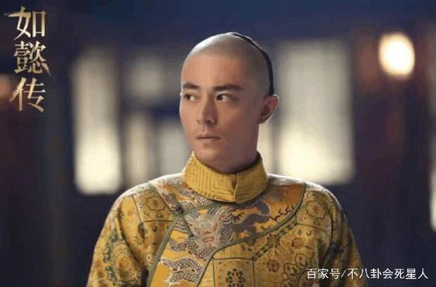 4 diễn viên Hoa Ngữ từng làm vua nhà Thanh: Trai trẻ Hoắc Kiến Hoa thua xa tình già của Tôn Lệ? - Ảnh 2.