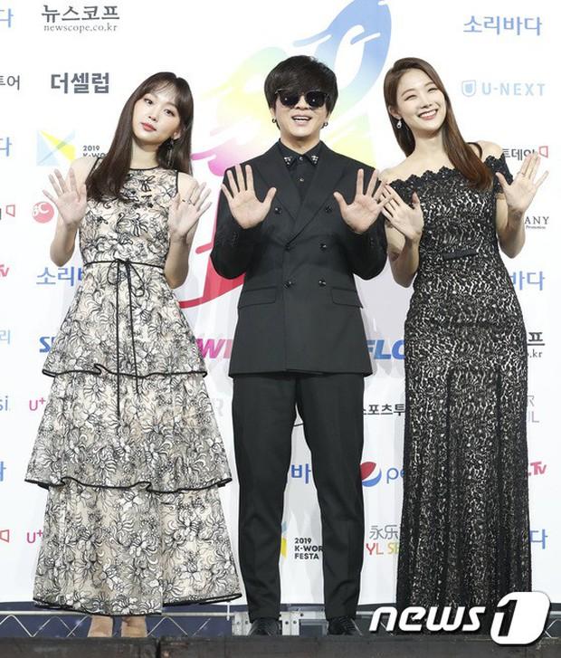 Siêu thảm xanh ngày 2: Red Velvet gây sốc với váy thảm họa, tài tử Vì sao đưa anh tới dẫn đầu dàn diễn viên đọ sắc idol - Ảnh 24.