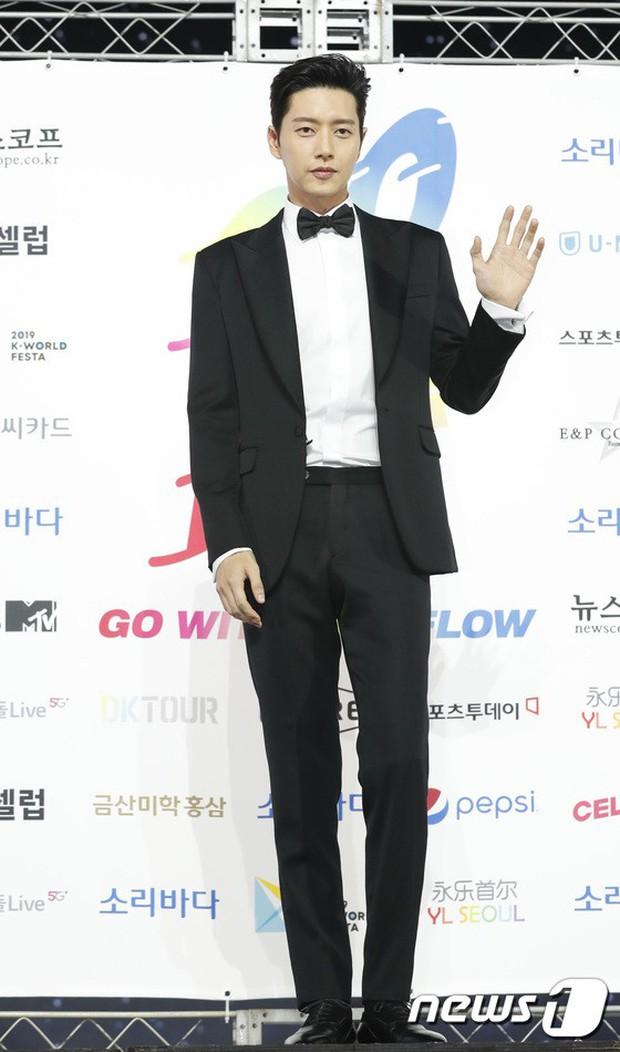 Siêu thảm xanh ngày 2: Red Velvet gây sốc với váy thảm họa, tài tử Vì sao đưa anh tới dẫn đầu dàn diễn viên đọ sắc idol - Ảnh 20.