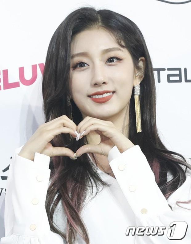 Siêu thảm xanh ngày 2: Red Velvet gây sốc với váy thảm họa, tài tử Vì sao đưa anh tới dẫn đầu dàn diễn viên đọ sắc idol - Ảnh 15.