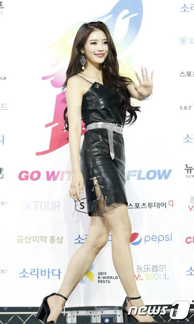 Siêu thảm xanh ngày 2: Red Velvet gây sốc với váy thảm họa, tài tử Vì sao đưa anh tới dẫn đầu dàn diễn viên đọ sắc idol - Ảnh 12.