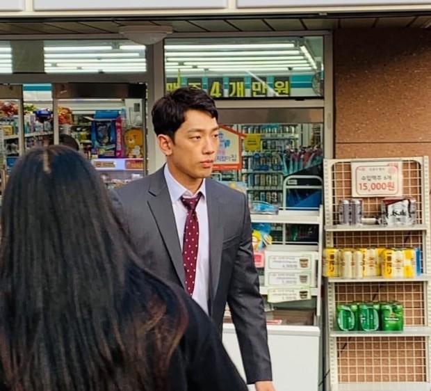 Kim Tae Hee bầu bí tháng cuối thai kỳ, Bi Rain vẫn vất vả quay phim đến xanh xao cố kiếm thêm tiền bỉm sữa? - Ảnh 1.