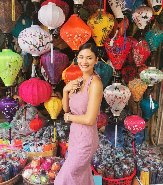 Hoa hậu Hoàn vũ Pia Wurtzbach tới Hội An xếp hàng mua bánh mì Phượng, khoe món bánh Pía từng bị dân mạng chế ảnh hồi mới đăng quang - Ảnh 1.