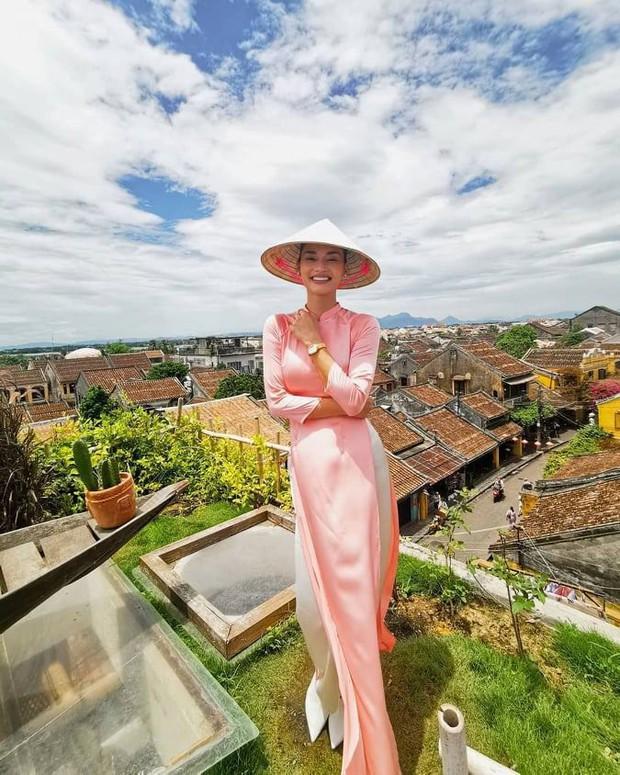 Hoa hậu Hoàn vũ Pia Wurtzbach tới Hội An xếp hàng mua bánh mì Phượng, khoe món bánh Pía từng bị dân mạng chế ảnh hồi mới đăng quang - Ảnh 2.