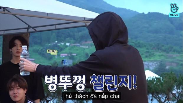Jimin, V, Jungkook: Ai là người đá nắp chai chuẩn nhất hội maknae của BTS? - Ảnh 1.