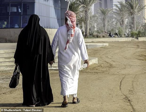 Người phụ nữ đòi ly hôn vì chồng quá lãng mạn, suốt ngày tặng quà và giúp làm việc nhà không xin phép vợ - Ảnh 1.