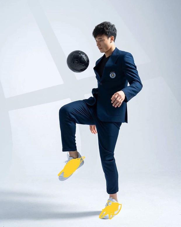 Làm KOL duyên như Bùi Tiến Dũng: đang hợp tác với adidas nhưng khoe ảnh đi Nike rồi xóa logo lem nhem - Ảnh 4.