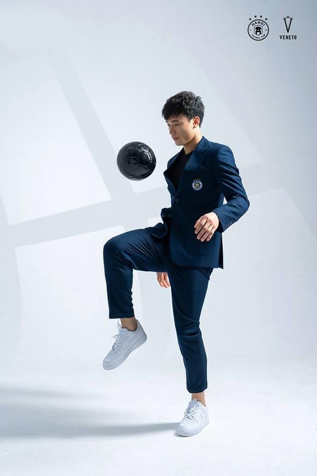 Làm KOL duyên như Bùi Tiến Dũng: đang hợp tác với adidas nhưng khoe ảnh đi Nike rồi xóa logo lem nhem - Ảnh 3.
