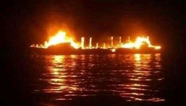 Hơn 30 người mất tích trong vụ cháy tàu ở Indonesia - Ảnh 1.