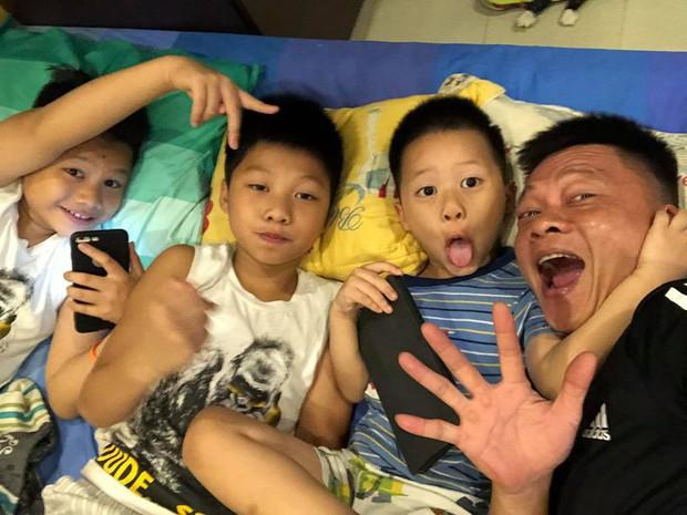 Ngày đầu vào lớp 1, con trai BTV Quang Minh gây chuyện khiến cả bố và cô giáo được phen hốt hoảng - Ảnh 3.