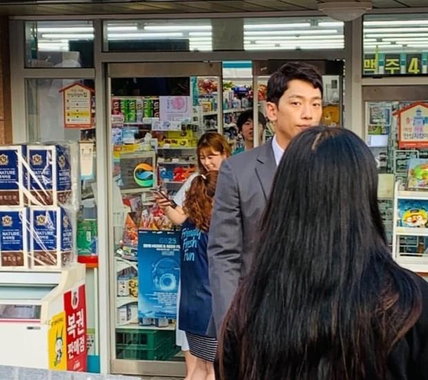 Kim Tae Hee bầu bí tháng cuối thai kỳ, Bi Rain vẫn vất vả quay phim đến xanh xao cố kiếm thêm tiền bỉm sữa? - Ảnh 2.