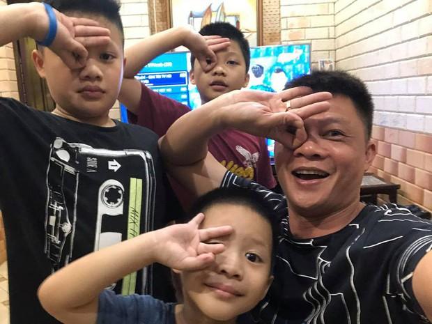 Ngày đầu vào lớp 1, con trai BTV Quang Minh gây chuyện khiến cả bố và cô giáo được phen hốt hoảng - Ảnh 4.