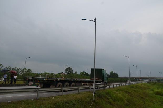 Thực nghiệm vụ container tông Innova lùi trên cao tốc: Mẹ già khóc vì không thấy con - Ảnh 4.
