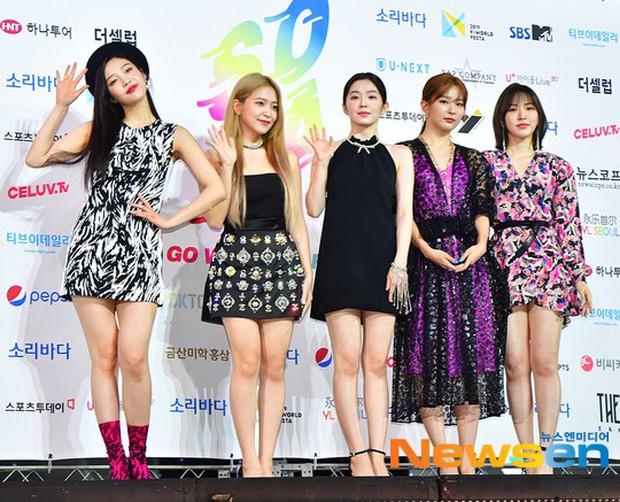 Siêu thảm xanh ngày 2: Red Velvet gây sốc với váy thảm họa, tài tử Vì sao đưa anh tới dẫn đầu dàn diễn viên đọ sắc idol - Ảnh 1.