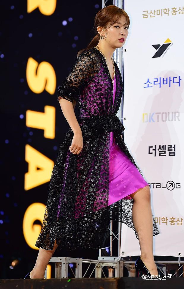 Siêu thảm xanh ngày 2: Red Velvet gây sốc với váy thảm họa, tài tử Vì sao đưa anh tới dẫn đầu dàn diễn viên đọ sắc idol - Ảnh 3.