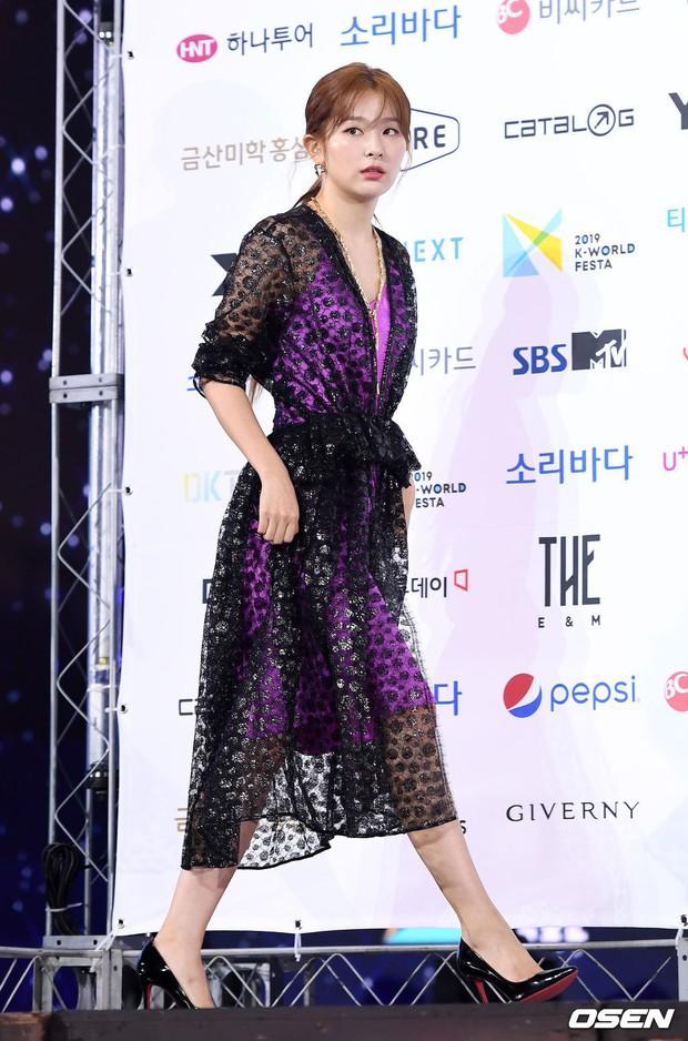 Siêu thảm xanh ngày 2: Red Velvet gây sốc với váy thảm họa, tài tử Vì sao đưa anh tới dẫn đầu dàn diễn viên đọ sắc idol - Ảnh 4.