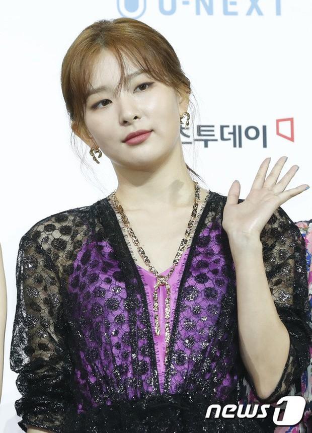 Siêu thảm xanh ngày 2: Red Velvet gây sốc với váy thảm họa, tài tử Vì sao đưa anh tới dẫn đầu dàn diễn viên đọ sắc idol - Ảnh 5.