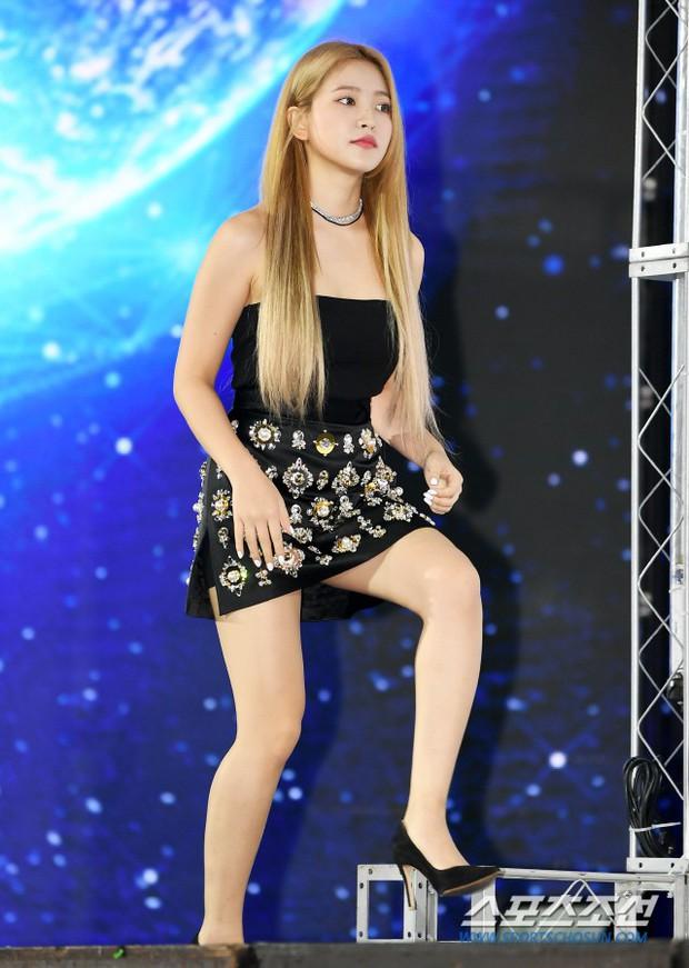 Siêu thảm xanh ngày 2: Red Velvet gây sốc với váy thảm họa, tài tử Vì sao đưa anh tới dẫn đầu dàn diễn viên đọ sắc idol - Ảnh 9.