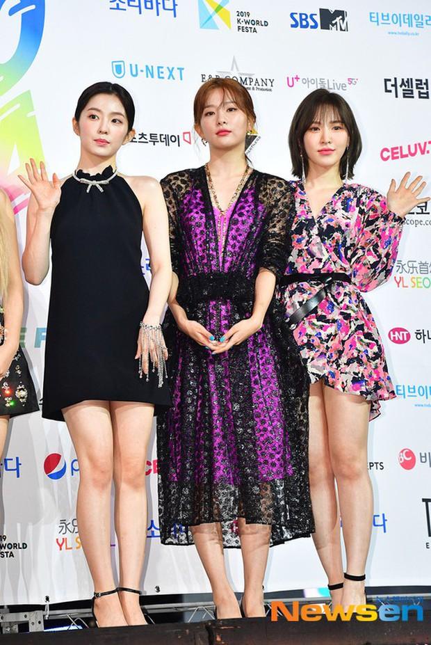 Siêu thảm xanh ngày 2: Red Velvet gây sốc với váy thảm họa, tài tử Vì sao đưa anh tới dẫn đầu dàn diễn viên đọ sắc idol - Ảnh 2.